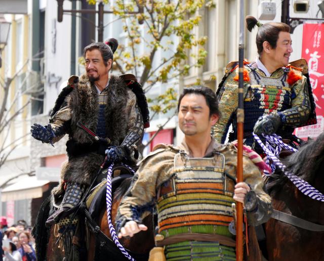 武者行列には草刈正雄さん(左)ら大河ドラマ「真田丸」の出演者も登場した=上田市
