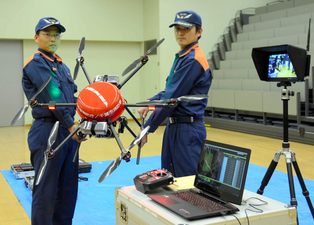 「消防活動用無人偵察システム」一式。手前のパソコンでドローンが撮影した映像が見られる=千葉市消防局