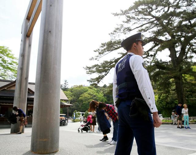 伊勢神宮内宮の宇治橋前で警備する警視庁の警察官=25日午後、三重県伊勢市、細川卓撮影