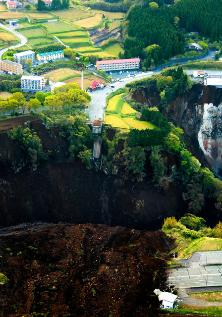 熊本地震による土砂崩れで阿蘇大橋(中央部分)が無くなっていた=4月16日午前6時1分、熊本県南阿蘇村、朝日新聞社ヘリから、高橋雄大撮影