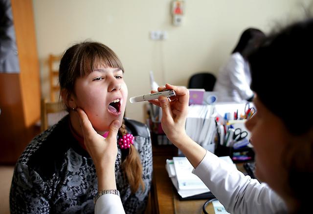 微熱が続き、母親のスベトラーナさんと国立病院を訪れたアナスタシアさん=3月31日、ベラルーシ・ゴメリ州、杉本康弘撮影