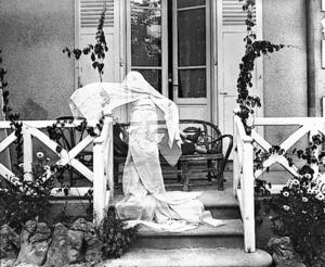 「幽霊になったジスー、ヴィラ・マロニエにて シャテル=ギュイヨン」 <ジャック=アンリ・ラルティーグ財団蔵 Photographie Jacques Henri Lartigue (C) Ministere de la Culture - France/AAJHL>