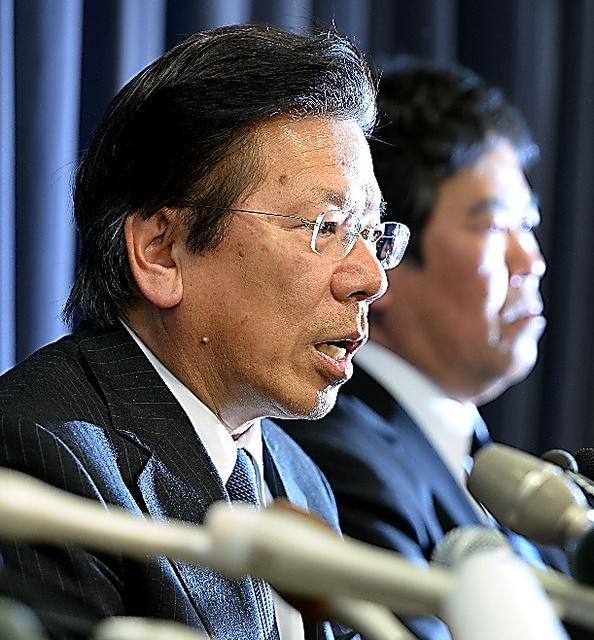 三菱自動車の燃費試験データ不正操作問題について会見する相川哲郎社長(左)=26日午後、外山俊樹撮影
