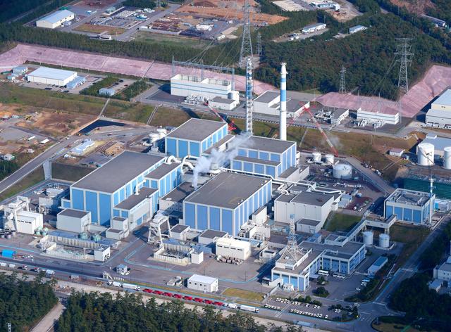 北陸電力志賀原発1、2号機(2号機が左)=石川県志賀町、朝日新聞社ヘリから