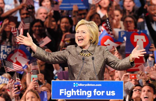 26日夜、米ペンシルベニア州フィラデルフィアで集会を開き、支持者に語りかけるヒラリー・クリントン前国務長官=ロイター