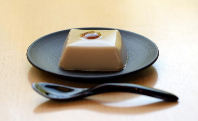 できあがった「ごま豆腐」=福井県永平寺町、豊間根功智撮影