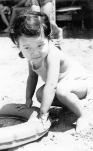幼少時の一時期、鎌倉市に住んだ。よく浮輪をもって海岸で遊んだ=本人提供