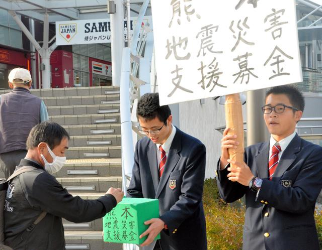 募金を呼びかける双葉翔陽高校の生徒たち=JRいわき駅前