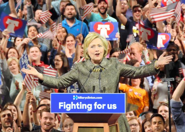 4州の予備選で勝利し、支持者の前で演説するヒラリー・クリントン氏=米ペンシルベニア州フィラデルフィア、中井大助撮影