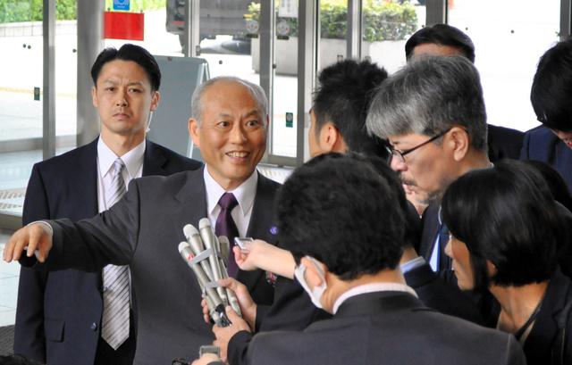 公用車の利用について報道陣の質問に答える東京都の舛添要一知事(左から2人目)=都庁