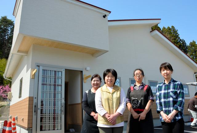 新店舗での本格営業を喜ぶ小林智恵子さん(左から2人目)らスタッフ=宮古市田老