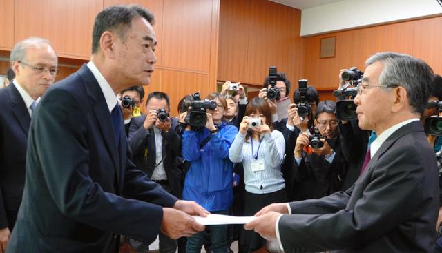 中国電力の清水希茂社長(左)は、島根原発1号機廃炉計画の了解を溝口善兵衛知事に申し入れた=島根県庁