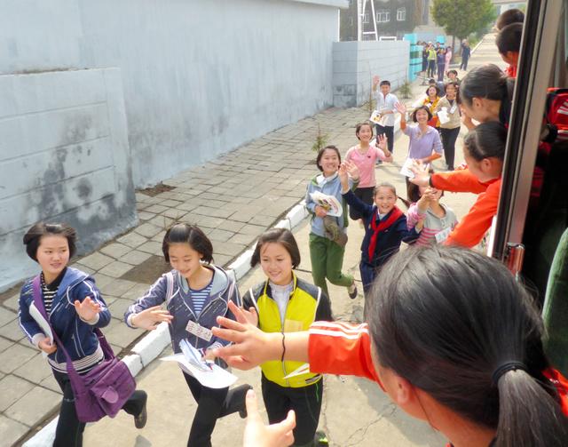 茨城朝鮮初中高級学校の生徒らと交流し、別れを惜しむ北朝鮮の子どもたち=映画「蒼のシンフォニー」から