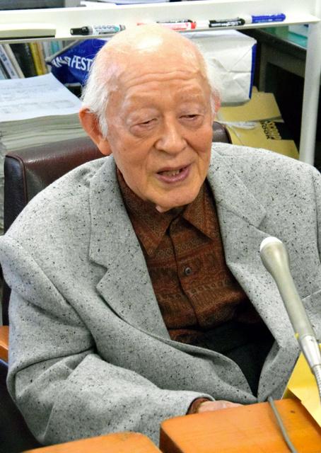 秋月平和賞を受賞した土山秀夫さん=長崎市役所