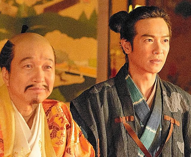 堺雅人が演じる信繁(右)は、大坂で秀吉(小日向文世=左)に仕える=5月1日放送分、NHK提供