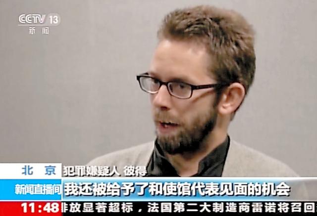 中国国営テレビで放映されたピーター・ダーリン氏。同テレビの映像から=AP