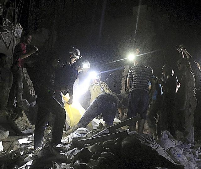 シリア・アレッポで27日、空爆された病院で生存者を捜す人たち=ロイター