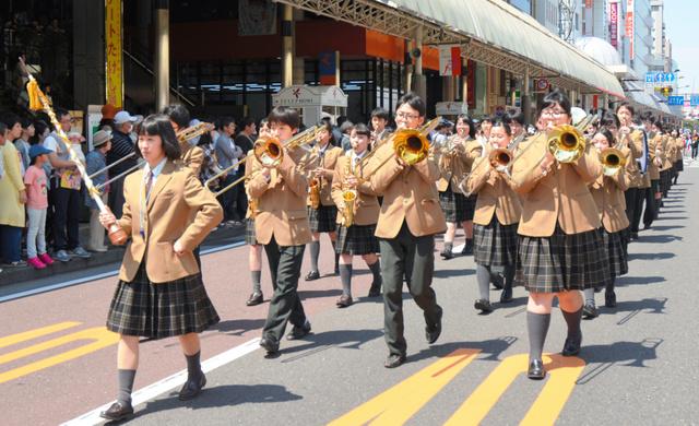歩行者天国となった橘通りでは吹奏楽のパレードがあった=宮崎市