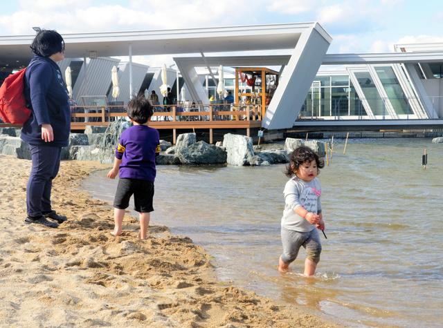 「蛇の目ビーチ」で遊ぶ子どもたち=いわき市のアクアマリンふくしま