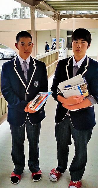 授業を終えた太田湧慎さん(右)と佐藤勇樹さん=福島県広野町