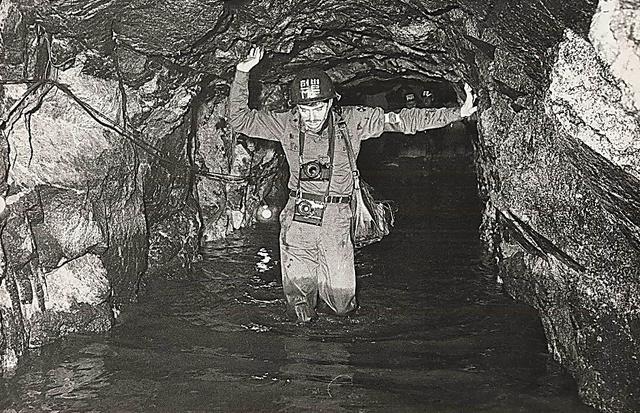 1978年10月に韓国軍が発見した直後に撮影された第3トンネル。総延長1635メートル、高さと幅が各2メートル、深さ73メートル。1時間で3万人の兵力を移送できるという=東亜日報提供