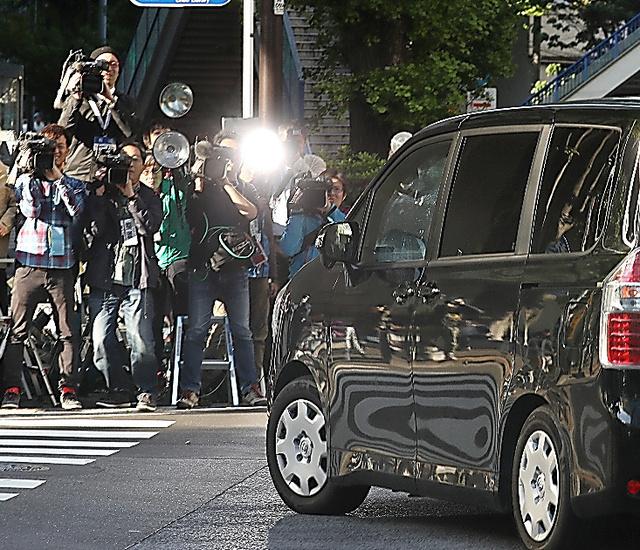 多くの報道陣が待ち構えるなか、笠原将生容疑者を乗せた車両が原宿署に入った=29日午後4時52分、東京都渋谷区、長島一浩撮影