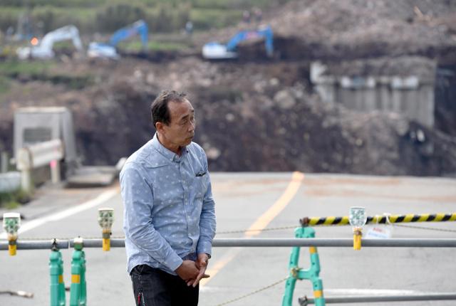 阿蘇大橋が崩落した現場で大和晃さんの捜索の様子を見にきた父の卓也さん=29日午後、熊本県南阿蘇村、伊藤進之介撮影