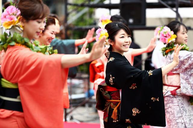 着物でフラダンスを踊る福島県のいわき湯本温泉協会のおかみたち=東京・新橋、関田航撮影