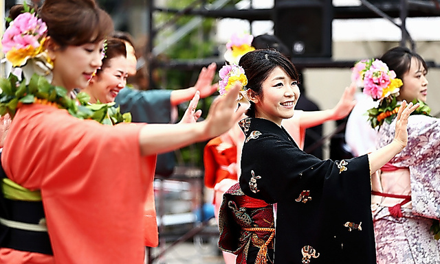 フラダンスを踊るいわき湯本温泉協会のおかみたち=東京・新橋、関田航撮影