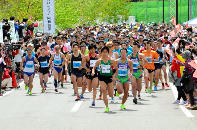 ハーフマラソンには675人が出場した。川内優輝選手も出場し、先頭を走る=川内村
