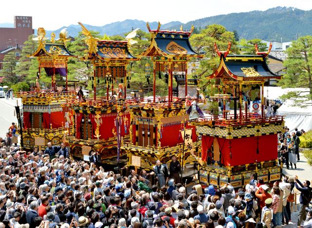 祭り屋台全4台が曳(ひ)き揃(そろ)えられ、大勢の観衆が見守る中、からくりが披露された=30日、岐阜県高山市の高山陣屋前、戸村登撮影