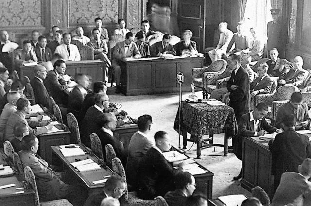帝国憲法改正案を審議する衆議院の委員会=1946年7月