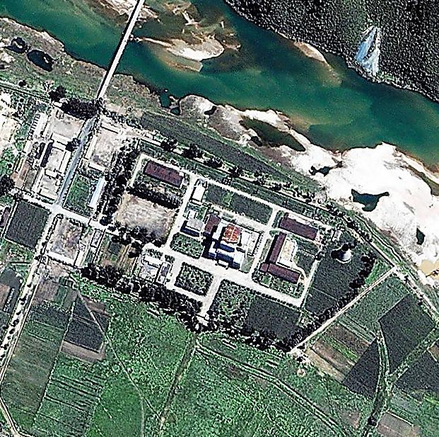スペース・イメージング社による北朝鮮・寧辺の核施設の衛星写真。2002年8月撮影=AP