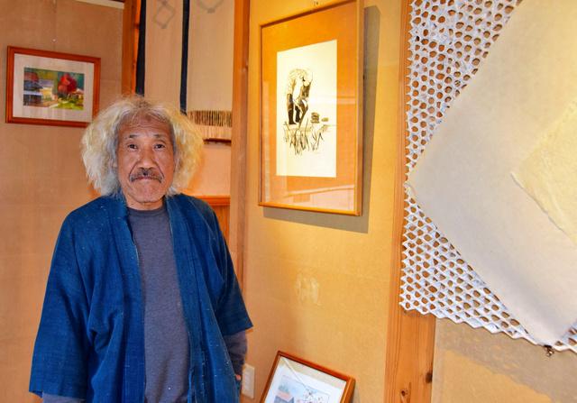 海外と日本をつなぐ網状の造形作品、水彩画の前に立つ小林康生さん=柏崎市高柳町門出
