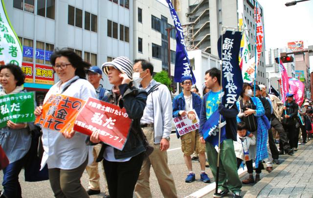 保育士の処遇改善などを求めてデモ行進する参加者ら=金沢市池田町三番丁