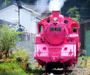 5月1日は「恋の日」、SLもピンクに 鳥取・若桜鉄道