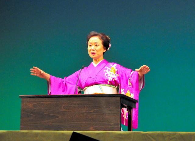 「はだしのゲン」を演じる神田香織さん=高知市高須の県立美術館