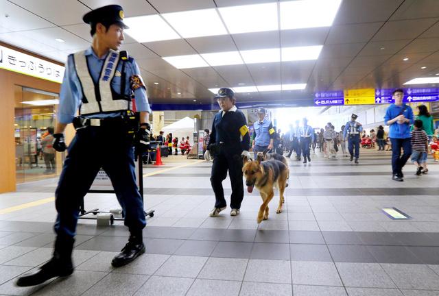 G7エネルギー相会合が始まり、JR小倉駅付近を巡回警備する警察官=1日午後、北九州市小倉北区、金子淳撮影