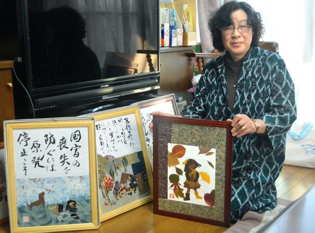 布絵の作品と青田恵子さん=大津市