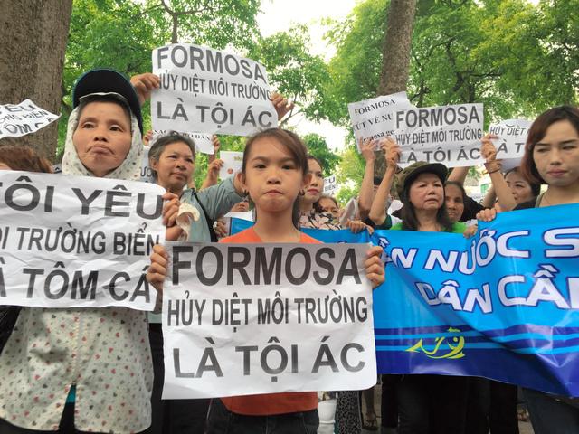 台湾系企業に、魚の大量死問題への対応を求める市民=1日午前、ハノイ、佐々木学撮影