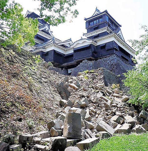 被災した熊本城天守閣など=4月22日、熊本市提供
