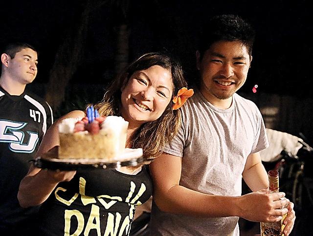 帰省した長男の恭也(右)の誕生パーティーで笑う利恵・ウェックル=2015年9月、米オーシャンサイド