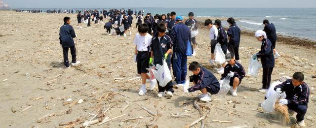 砂浜に広がってごみを集める生徒たち=御前崎市の下岬海岸