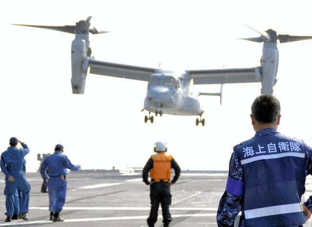 海上自衛隊の護衛艦ひゅうがを発着する米軍の輸送機オスプレイ=熊本県八代市沖、海自提供