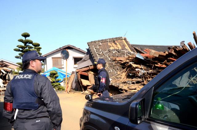 佐賀県警の機動捜査隊員らが熊本県益城町の住宅街をパトロールした=4月30日、小原智恵撮影