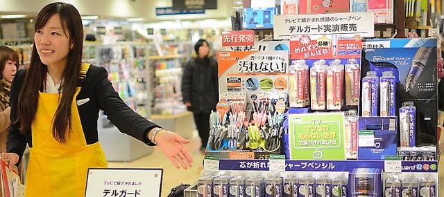 都内の大型文房具店では、商品の高機能をアピールする実演販売をよく行っている=東京都豊島区