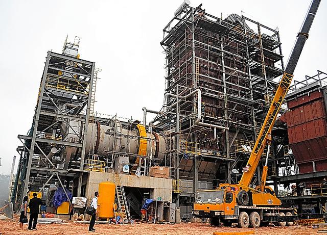 建設中のベトナム初のごみ焼却発電施設。工事は8割程度終わり、12月末に稼働する予定だ=4月6日、ハノイ郊外