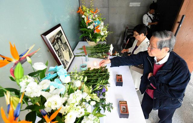 小尻記者の遺影が置かれた祭壇に献花する人たち=3日午前9時23分、兵庫県西宮市の朝日新聞阪神支局、水野義則撮影