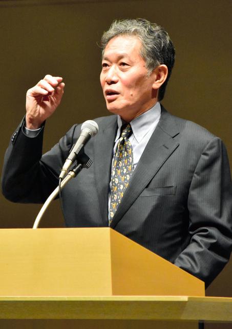 講演する内田樹さん=富山市大手町