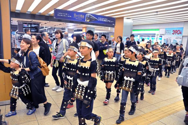 武者姿で練り歩く子どもたち=3日、大阪市阿倍野区、山中由睦撮影